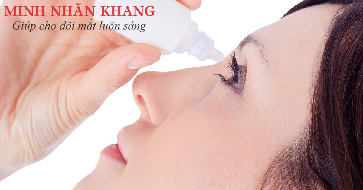 Cầm lọ thuốc cách xa mắt khoảng 1 đốt ngón tay để nhỏ mắt chính xác